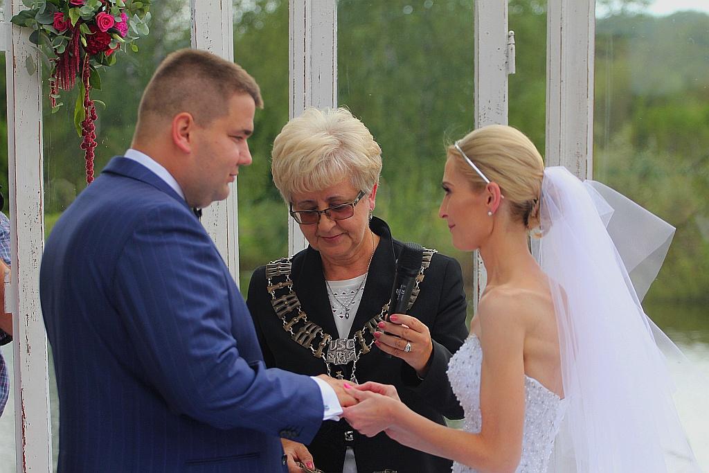 d2a01cdc8c Wzięli ślub nad wodą zamiast w Urzędzie Stanu Cywilnego - Fotogalerie z  Legnicy i okolic